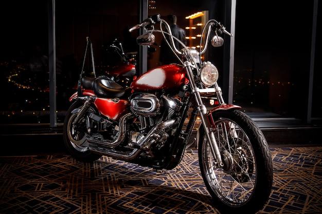 Amerikaanse chopper motorfiets close-up. chromen onderdelen en rode carrosserie