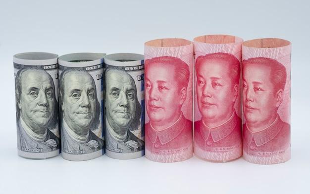Amerikaanse dollar en china yuan bankbiljet witte achtergrond. het is een symbool