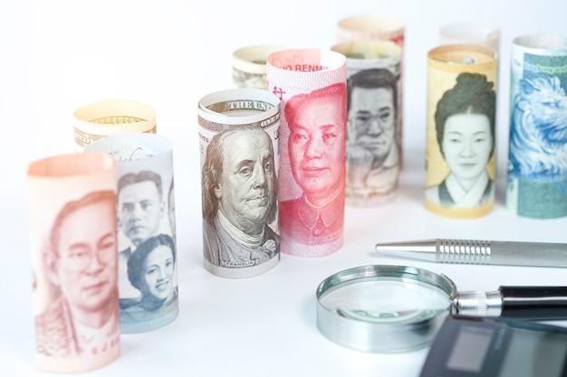 Amerikaanse dollar en yuan-bankbiljet onder internationale bankbiljetten. het is symbool voor de tariefhandelsoorlogscrisis tussen de verenigde staten van amerika en china, het grootste economische land ter wereld.