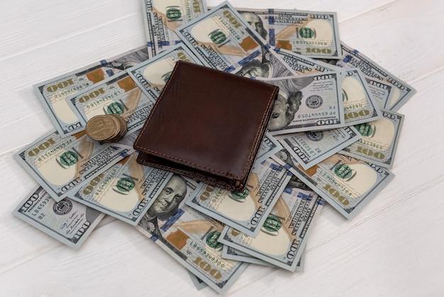 Amerikaanse dollar in donkere leren portemonnee, financieel concept