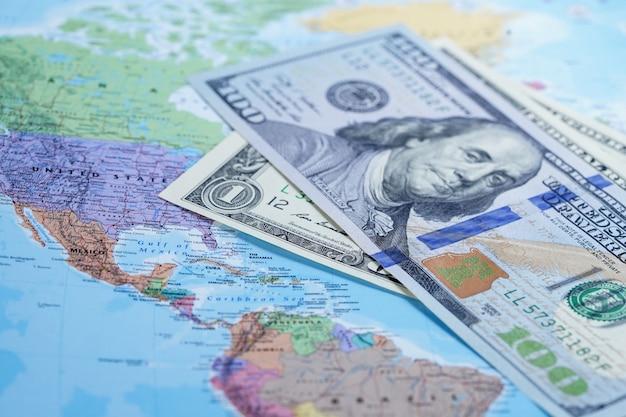 Amerikaanse dollar op globe wereldkaart