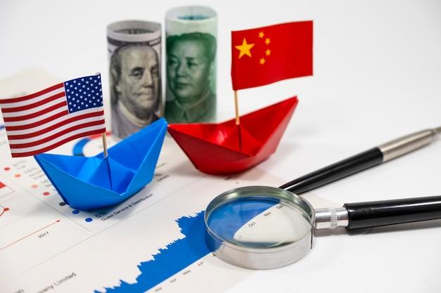 Amerikaanse dollar van verenigde staten en yuan china-bankbiljetten met vlag op schip met financiële r