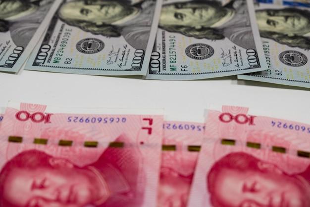 Amerikaanse dollarbankbiljetten en china yuan-bankbiljetten voor het grootste economische land