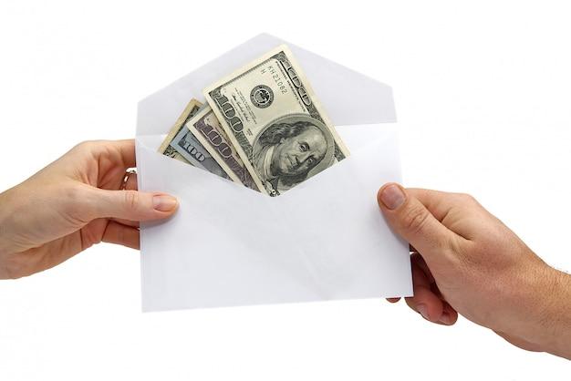 Amerikaanse dollarbankbiljetten in witte envelop op wit. concept van omkoping, dale, geschenk, overdracht van geld