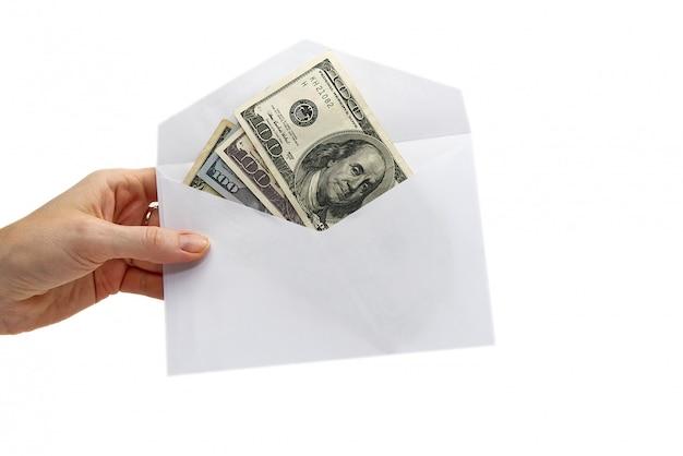 Amerikaanse dollarbankbiljetten in witte envelop op wit
