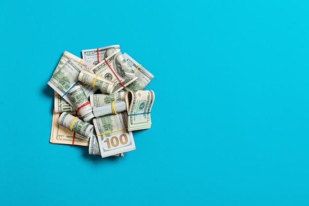 Amerikaanse dollarbiljetten bundels stapel. honderd-dollarbiljetten met stapel geld in het midden. bovenaanzicht van bedrijfsconcept op achtergrond met kopie ruimte