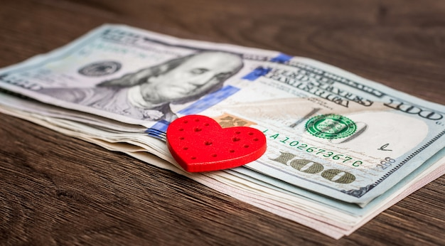 Amerikaanse dollarbiljetten en rood hart