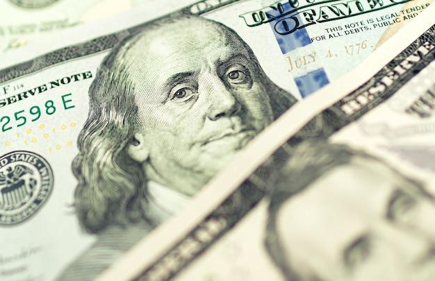 Amerikaanse dollarbiljetten op een houten tafel in close-upfotografie