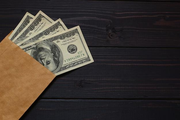 Amerikaanse dollargeld op een donkere achtergrond en plaats voor tekst