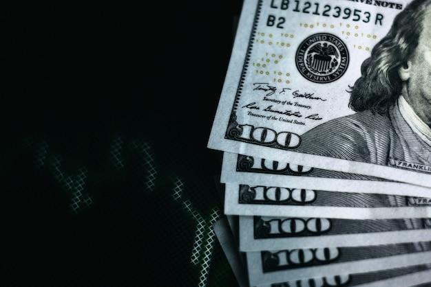 Amerikaanse dollarrekeningen op achtergrond met dynamiek van wisselkoersen. handels- en financiële risicoconcept
