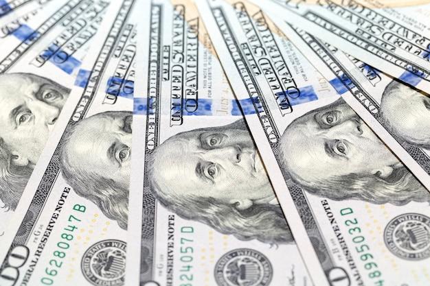 Amerikaanse dollars, close-up - gefotografeerd close-up nieuwe amerikaanse dollars in elkaar gezet