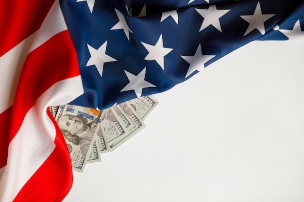 Amerikaanse dollars contant geld. honderd dollar bankbiljettenclose-up op de vlagachtergrond van de vs