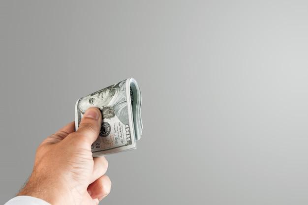 Amerikaanse dollars in een mannelijke hand