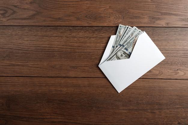 Amerikaanse dollars in een witte envelop