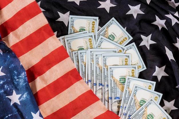 Amerikaanse dollarsrekeningen op de vlagachtergrond van de vs