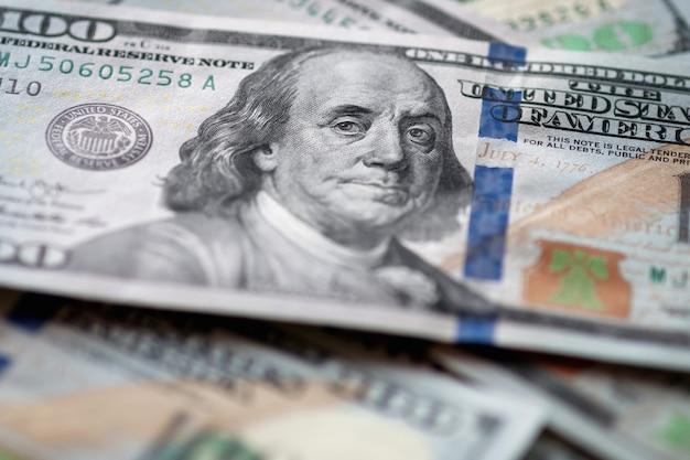 Amerikaanse fiat-geldstapel, honderd-dollarbiljetten met franklin-closeup