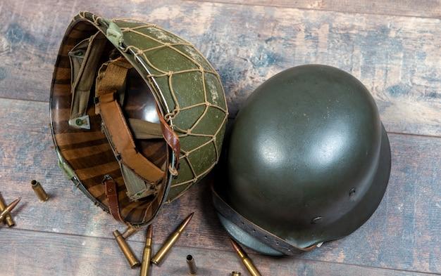 Amerikaanse helm en duitse helm van de tweede wereldoorlog