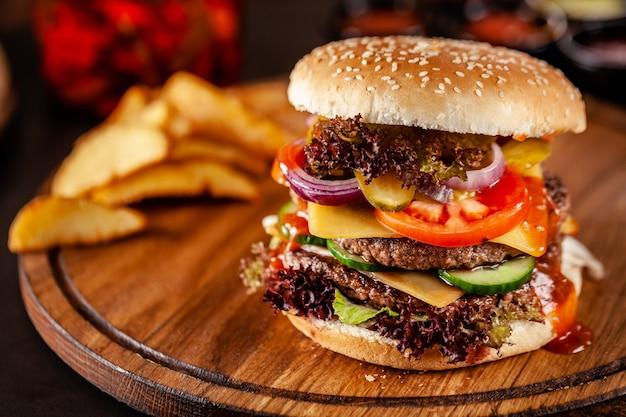Amerikaanse huisgemaakte hamburger met een dubbele vleeskotelet.