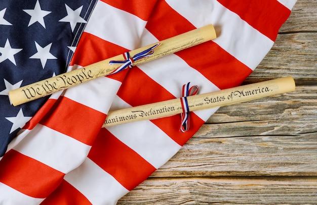Amerikaanse onafhankelijkheidsverklaring perkamentrol document met amerikaanse vlag.