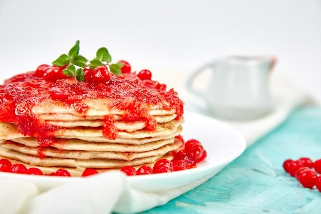Amerikaanse pannenkoek met jam bessen, viburnum, cranberry