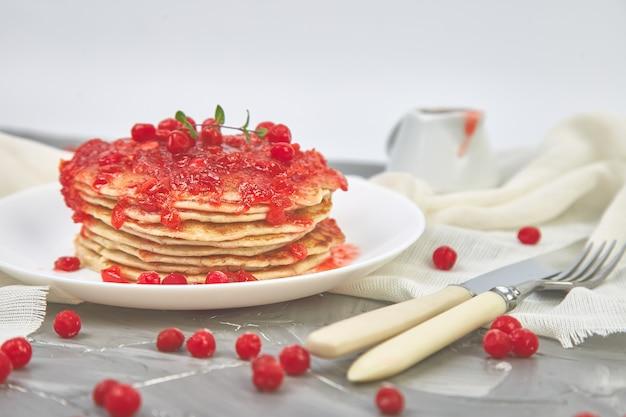 Amerikaanse pannenkoek met jam - bessen, viburnum, cranberry