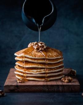 Amerikaanse pannenkoeken of pannenkoeken met vloeibare honing