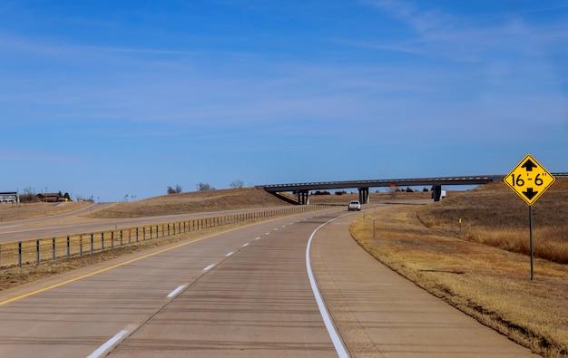 Amerikaanse snelweg met aanwijzingen om naar het panorama te gaan