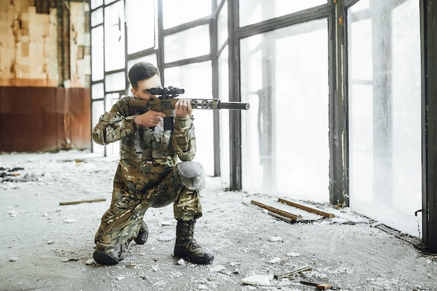 Amerikaanse soldaat in het gebouw tijdens de militaire operatie