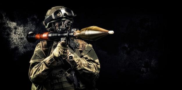 Amerikaanse soldaat is gericht op een rpg-gezicht tegen een donkere achtergrond. het concept van militaire speciale operaties. gemengde media