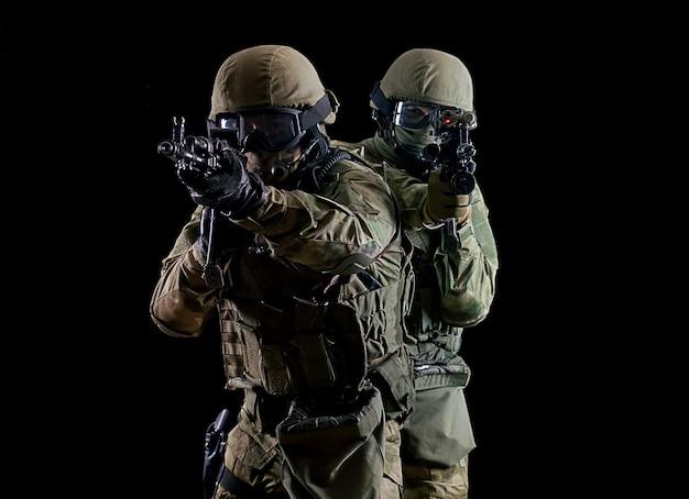 Amerikaanse soldaten in gevechtsmunitie met wapens in de handen van uitgeruste laservizieren zijn in slagorde. gemengde media