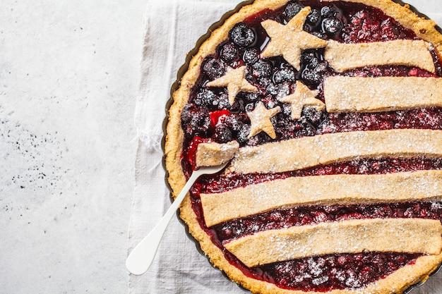 Amerikaanse vlag bessen taart, bovenaanzicht. independence day of america concept.