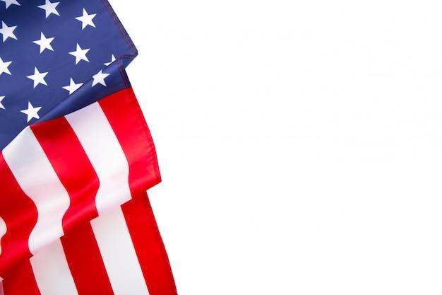 Amerikaanse vlag die op witte achtergrond met exemplaarruimte wordt geïsoleerd