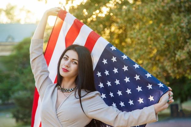 Amerikaanse vlag en vrouw in juli