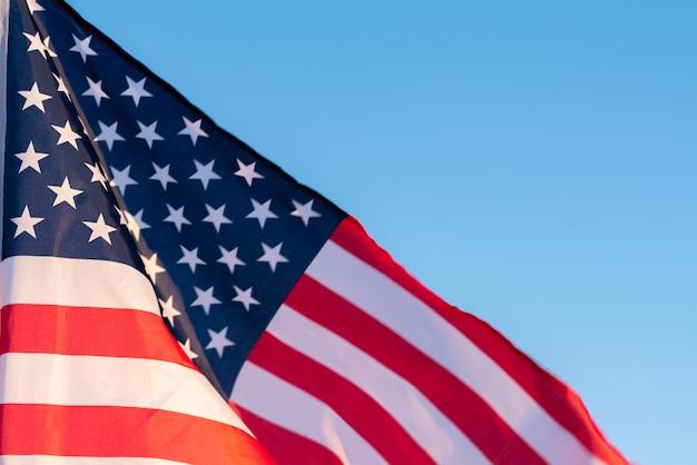 Amerikaanse vlag in een blauwe hemel, close-up. symbool van independence day, vierde juli in de vs.