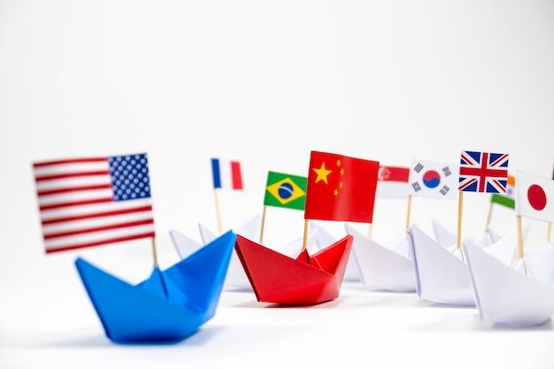 Amerikaanse vlag op blauw schip en china vlag op rood schip met witte achtergrond van oorlogshandel