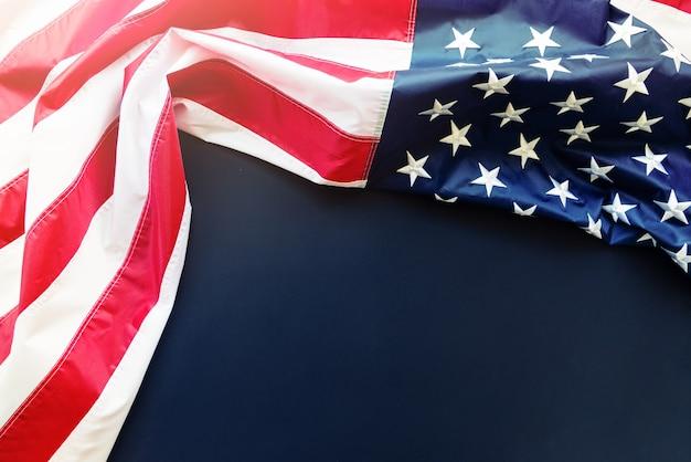 Amerikaanse vlag op blauwe achtergrond met kopie ruimte