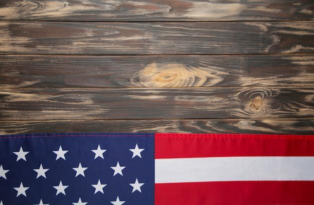 Amerikaanse vlag op bruin houten achtergrond met kopie ruimte