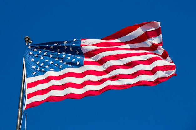 Amerikaanse vlag op de blauwe hemel, vs, speciale fotografische verwerking.
