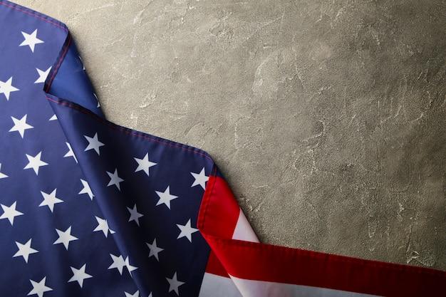 Amerikaanse vlag op grijze betonnen achtergrond met kopie ruimte