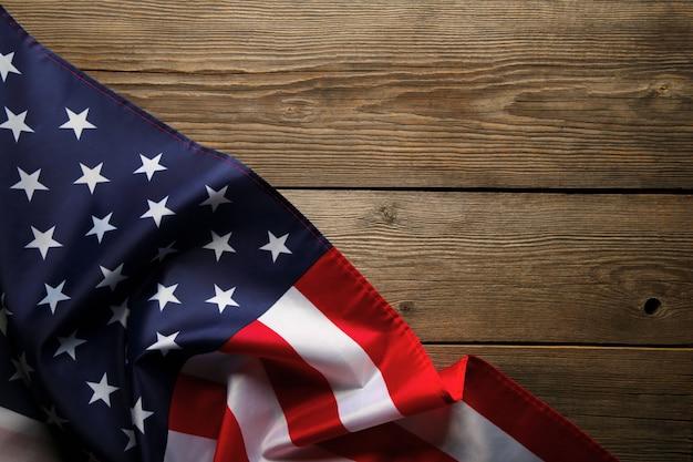 Amerikaanse vlag op grijze houten achtergrond met kopie ruimte