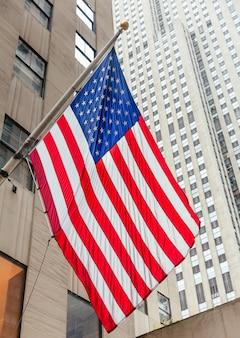 Amerikaanse vlag op het rockefeller center Premium Foto