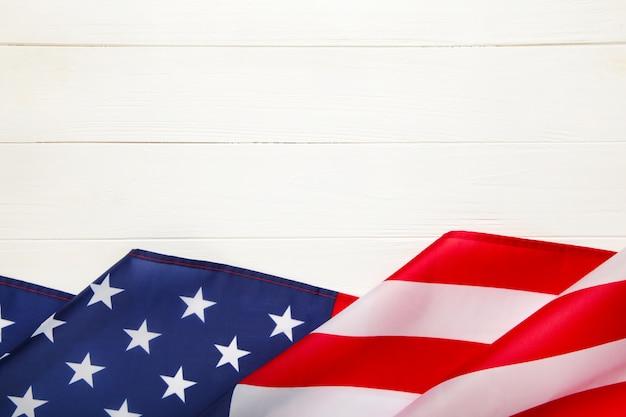 Amerikaanse vlag op witte houten achtergrond met kopie ruimte