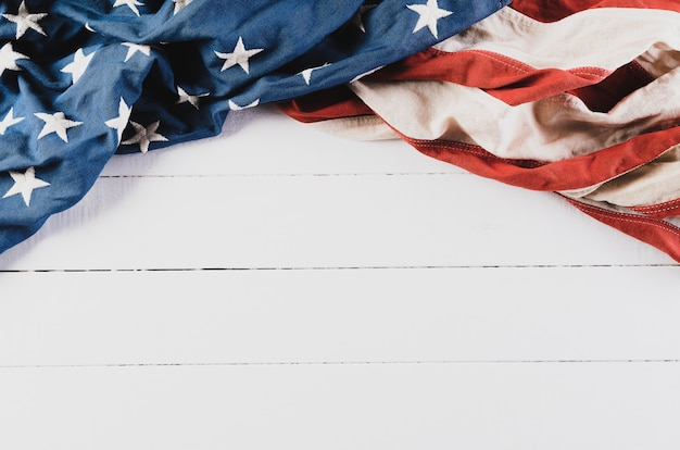 Amerikaanse vlag op witte houten vloer