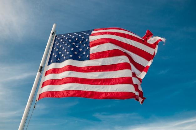 Amerikaanse vlag tegen heldere blauwe hemel