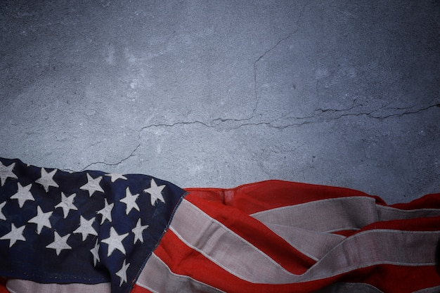 Amerikaanse vlag vrij liggend op betonnen bord.
