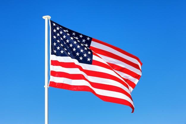 Amerikaanse vlag zwaaien in blauwe lucht