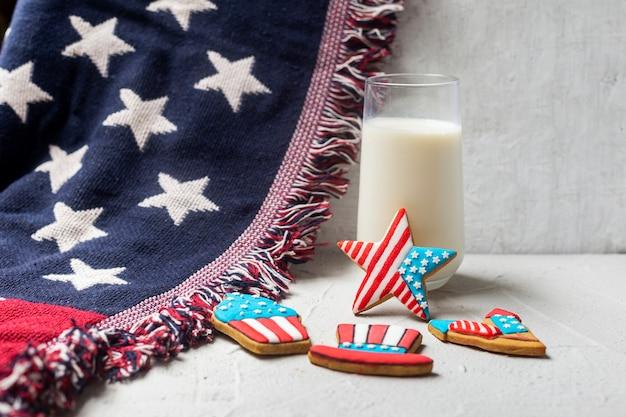 Amerikaanse vlagkoekjes en glas melk