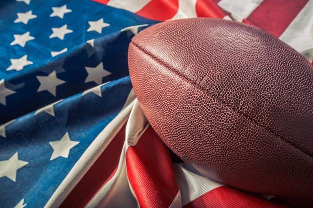 Amerikaanse voetbalbal op amerikaanse vlag
