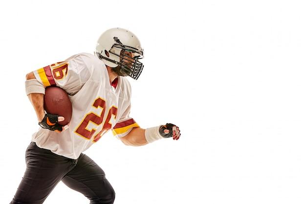 Amerikaanse voetballer in beweging met de bal