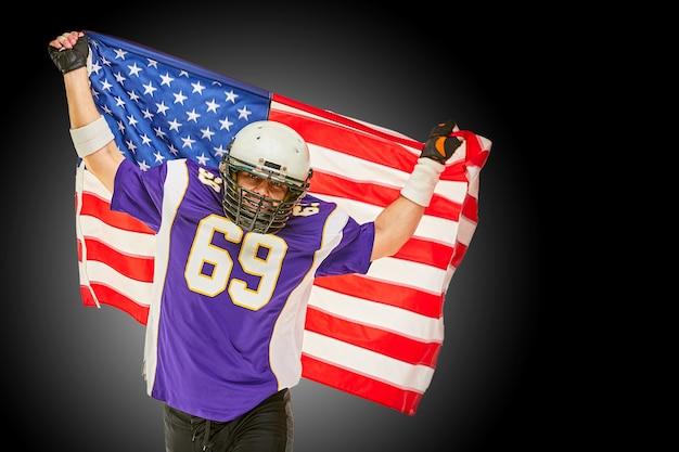 Amerikaanse voetballer met uniform en amerikaanse vlag trots op zijn land, op een witte